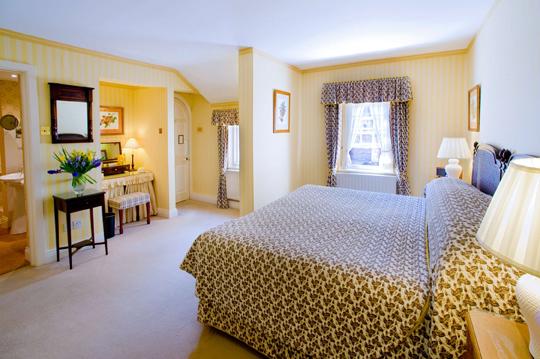 Ctyd Deluxe Suite bedroom R14